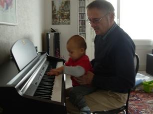 Dario und Paa am Klavier