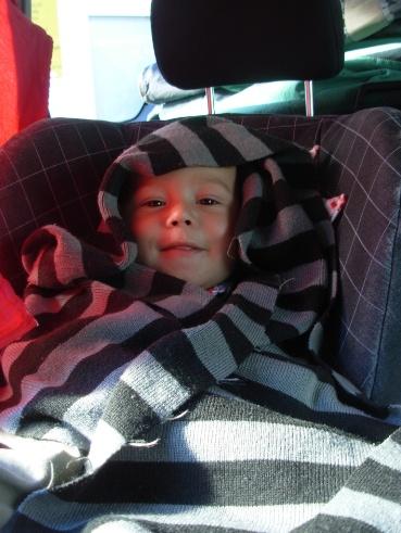 Dario warm eingepackt im Auto