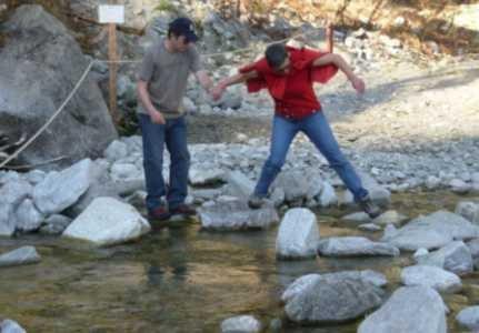Maa beim überqueren eines Flusses