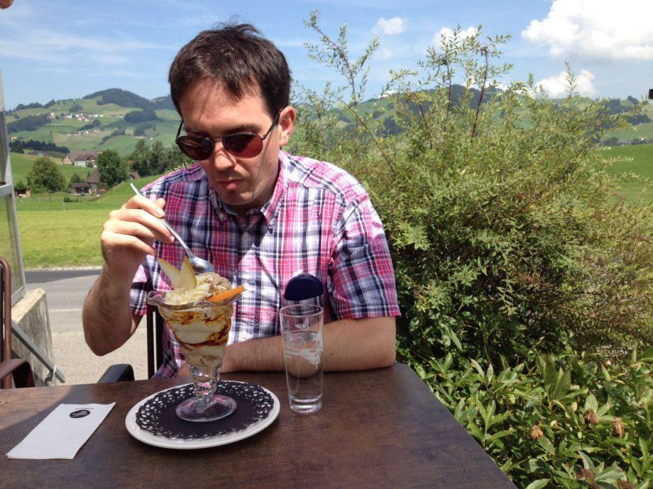 Protaler Mann mit protalem Dessert