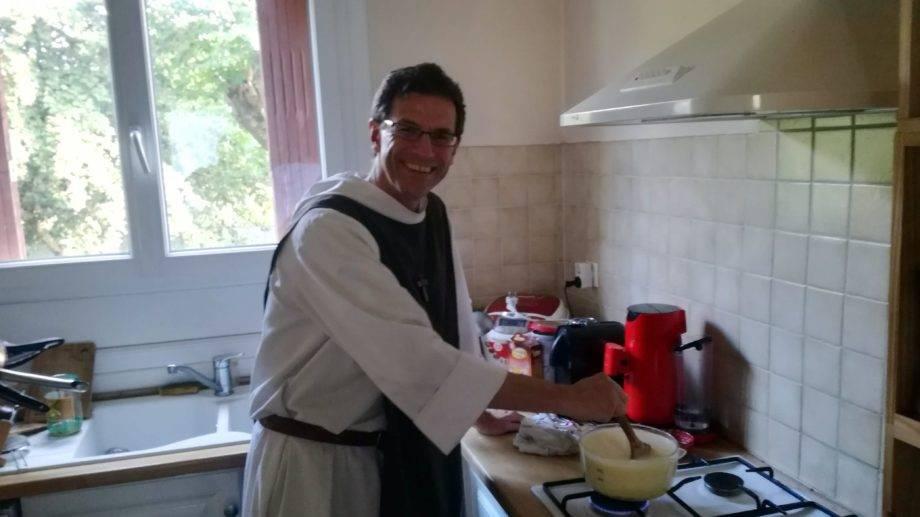 Pater Jean-Uriel zuständig fürs Fondue